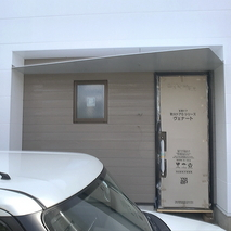 玄関には大きさを考えた庇が必要