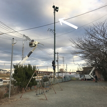 緊急放送用スピーカーが載る鉄柱移設作業を見守る