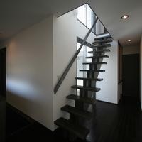 木製の力桁階段は和風モダンな雰囲気を感じさせるの画像