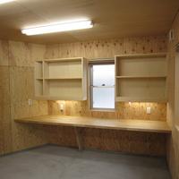 事務処理や梱包作業などを行う部屋もあり、そこには棚やエア配管なども設けられているの画像