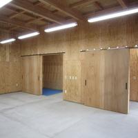 機械類が並ぶ作業所内は合板仕上げ。合板の色や目地にも気を使って貼っているの画像