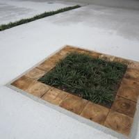 コンクリート製の駐車場に施した木工所らしいワンポイントの画像