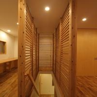 木製格子で囲った階段は将来、障子を貼り行燈のような設えとなるの画像