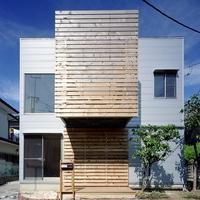 建物の外壁は、外から見える場所にはガルバリウム鋼板が貼られているが室内から見える場所は全て木材が貼られているの画像
