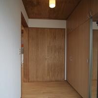 玄関には木製デッキを渡って入るの画像