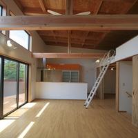 天井の高い2階リビングは、いつも明るいの画像