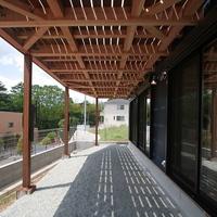 木製デッキの下は涼しげな日陰が出来、夏の暑さを防いでくれるの画像