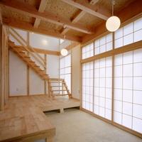 玄関脇の吹き抜け内に設けた開放的な階段の画像