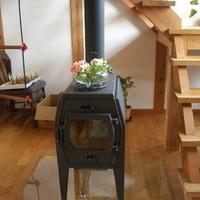 玄関脇の吹き抜けに設置された薪ストーブ一台で家中が温かいの画像