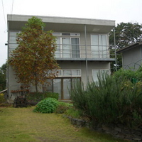 小田原の街を一望する広いデッキはスチール製。そこに木製のスノコが貼られているの画像