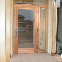 木製のパーゴラで演出した木製扉の設置された入口は幅広い年代のお客様にも好評の画像