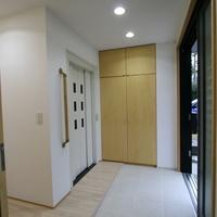 車椅子のまま入れる広い玄関扉の正面にはホームエレベーターを設けたの画像