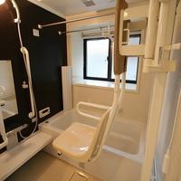 入浴の介助は重労働。それを少しでも楽にするために設けた手動式の可動椅子。これは便利!の画像