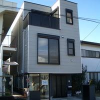 建物間口5.0mの家は駐車スペース確保のために、2.3階が跳ね出しているの画像