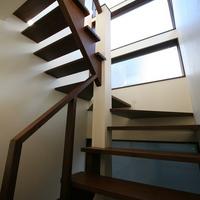 アンティークな雰囲気を持つ階段の画像