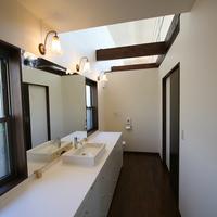 広く開放的な洗面と奥に隠れたトイレスペースの画像