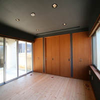 AVルームにも変心する客間。天井には大きなスクリーン、床には大型スピーカーも設置されますの画像