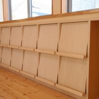 リビングに設けられた本棚は、子供たちが本を手に取り易い展示するデザインの本棚にの画像