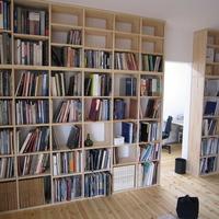 資料を収蔵する造り付け本棚の画像