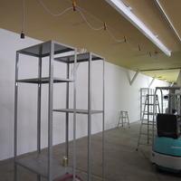 作品は重量がかさむため、天井には小型のクレーンを設置の画像