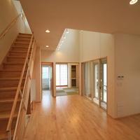 居間に設けた階段は、家族の気配を感じやすいの画像