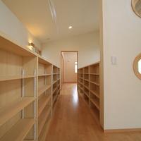 廊下や吹き抜けに設けた手摺には、本棚を設けているの画像