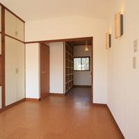 2階洋室と、その脇には書斎が設けられているの画像