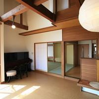 居間から見る和室と台所、家の全てが居間に繋がるの画像