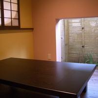 坪庭を望む小上がり席には、丸窓が設けられているの画像