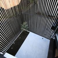 2階から見下ろす北庭と木製格子の画像