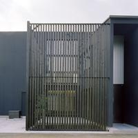 建物を印象付ける木製格子は角度が付けられており、視線を遮る工夫を施しているの画像