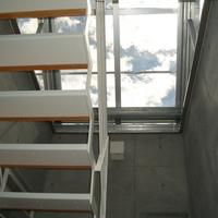 階段上部のガラス製塔屋は、自然との繋がりを感じられる場所の画像