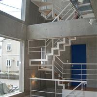 吹き抜けと並べて設けた階段はスチール製の画像