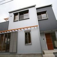 塩害を考慮した外壁はガルバリウム鋼板製。万一の冠水に備え、建物の基礎は高くする配慮を施すの画像