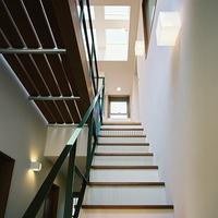 階段下部には収納を設けている。また2階廊下の床はスノコ状で風も光も抜ける仕様の画像