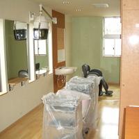 カット椅子三脚の美容室は奥に伸びる細長い店の画像