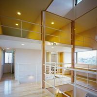 2階リビングは吹き抜けや親子が共に使うカウンター・スペースとも繋がっているの画像