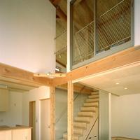 居間の上部は吹き抜けとして、2階との繋がりを感じられるようにの画像
