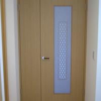 居間への扉は解体前の家の和室に設けられていた欄間を再利用した物の画像