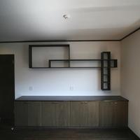 主寝室に設けられた飾り棚とシナ合板とタモの集成材で造られた収納の画像