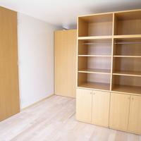 二つの稼働する家具が広い部屋を二つに分けることを可能にしたの画像