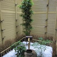 坪庭の空間を確立させるため竹で背景を造り、白砂利を敷くの画像