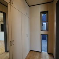シンプルな玄関だが収納スペースの確保は確保。シンプルに暮らすという事は、余計な物を露出させないことだと思うからの画像