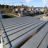 屋根の上には散水パイプを設置。夏の暑い日に少しだけ水を撒き、屋根の暑さを下げようと試みるの画像