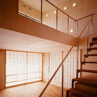 1階室内には内障子を設けている。遮音性や断熱性能はカーテンなどよりも優れており、同時に柔らかな印象も与えてくれる。の画像