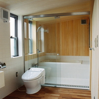 トイレの向こうにはガラスで仕切られた浴室。抜けと潔さを表す設え。の画像