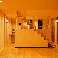 階段は塗装の必要があるスチール製を避け、ステンレス製を採用。その下部に可動式の収納ボックスを設置している。の画像