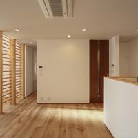 食卓は居間や小上がりの和室、そして廊下への繋がりを持つの画像