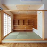 居間と続く小上がりの和室は客間でもあり子供たちの勉強スペースでもあるの画像