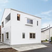 建物東側、白い屋根と白い壁、そして白い窓の画像